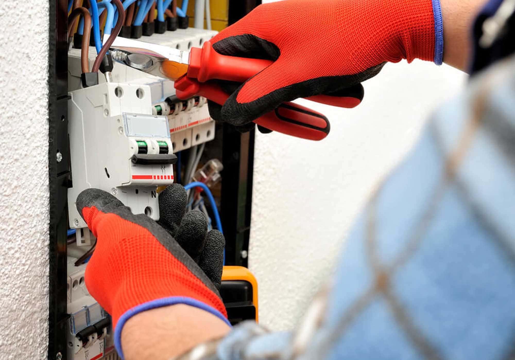 Pessoal realizando manutenção técnica em caixa de fios de iluminação