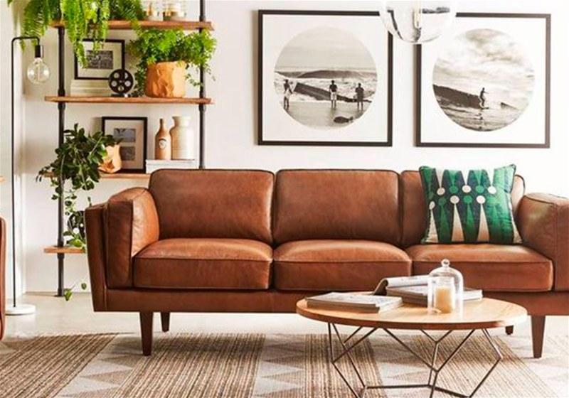 Imagem de uma sala de estar com quadros decorativos na parede