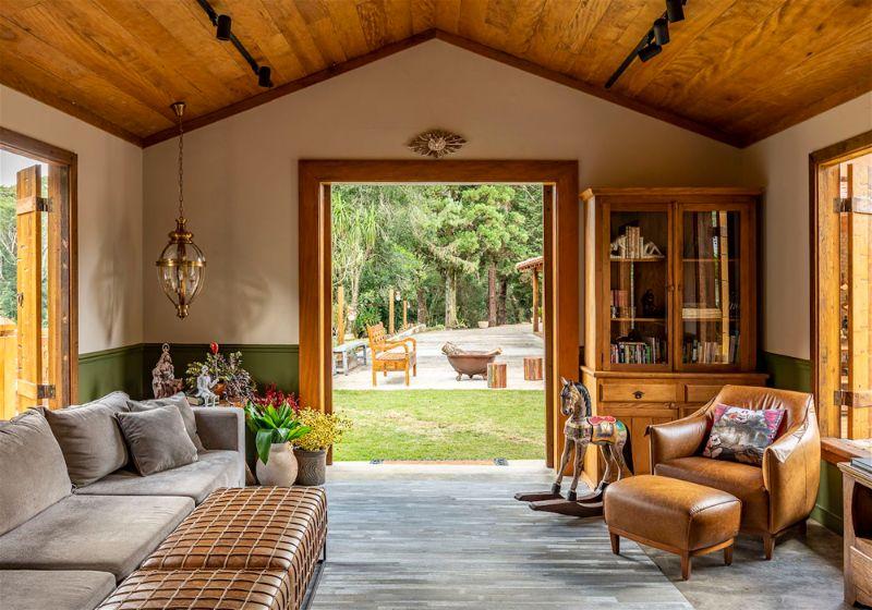 Imagem de uma sala de uma casa de campo