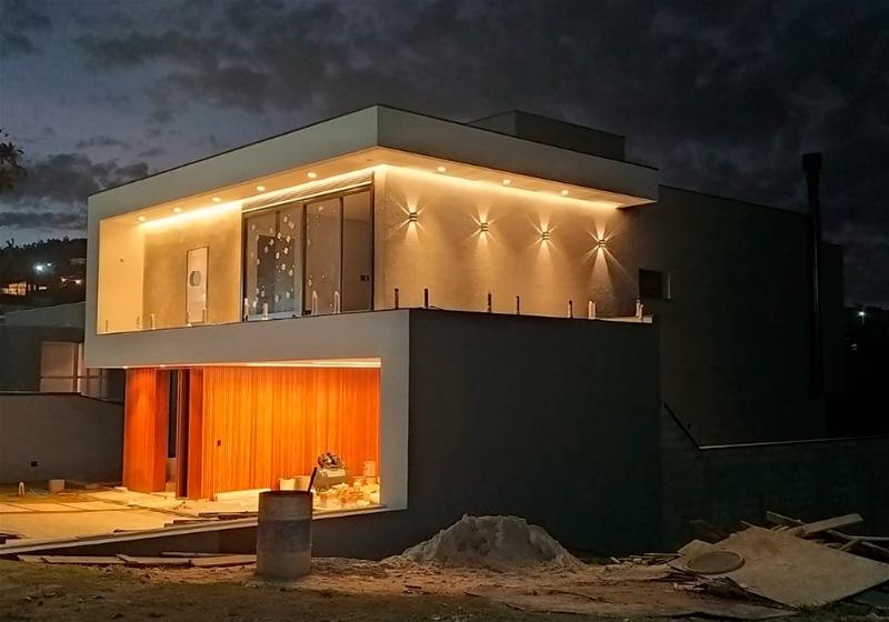 Imagem de uma residência, ainda em construção, com projeto iluminotécnico