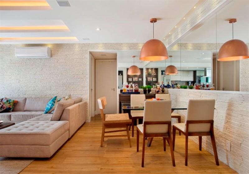 Imagem de uma sala de jantar com mesa, cadeiras, sofás e iluminárias