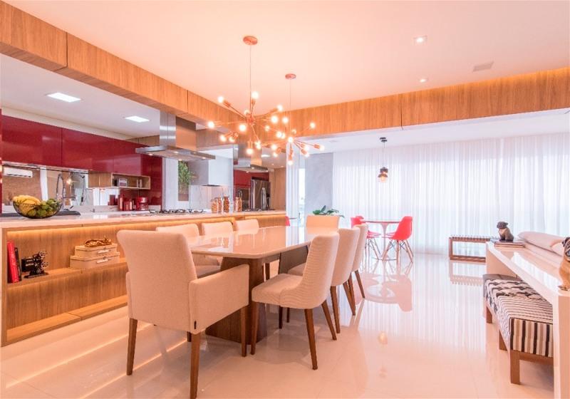 Imagem de uma sala de jantar contendo mesa, cadeiras, bancadas e como pendentes