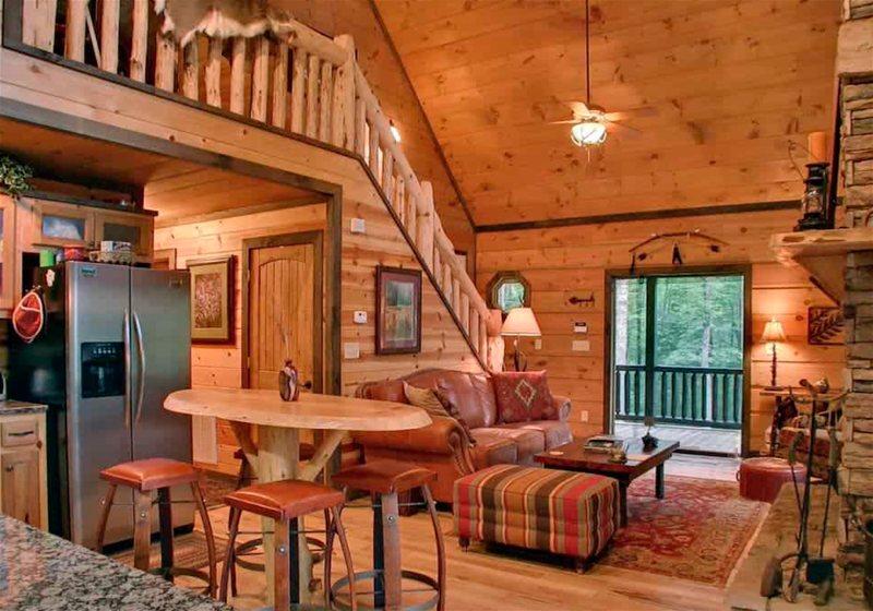 Imagem de uma sala de uma casa de campo, com itens de iluminação como abajures e pendentes