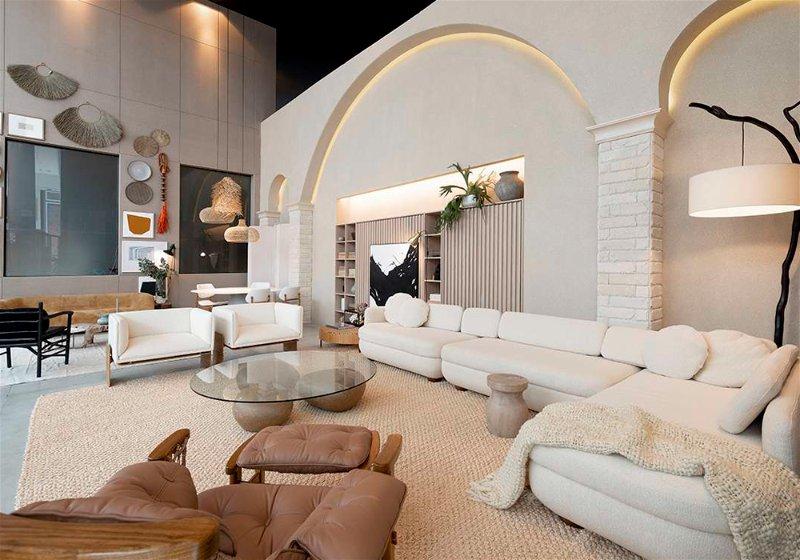 Imagem de uma varanda com sofás, mesa de centro e iluminárias
