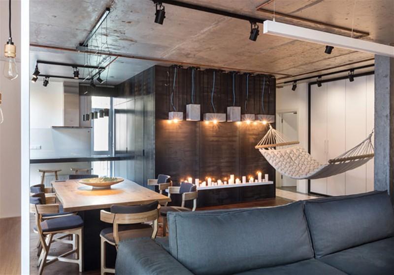 Imagem de um escritório amplo e moderno, contendo mesa, cadeiras, rede e sofá