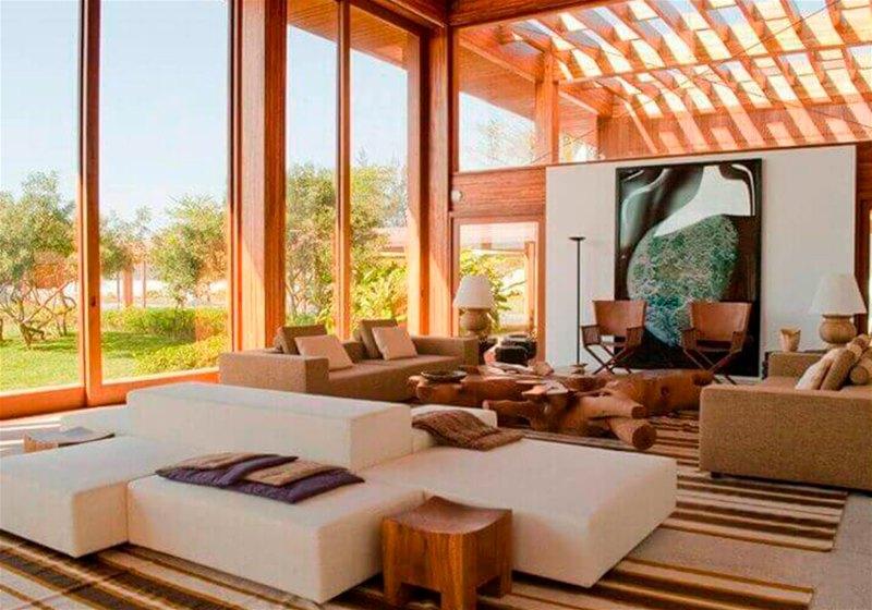 Imagem de uma sala de estar com móveis como sofás e mesa de centro