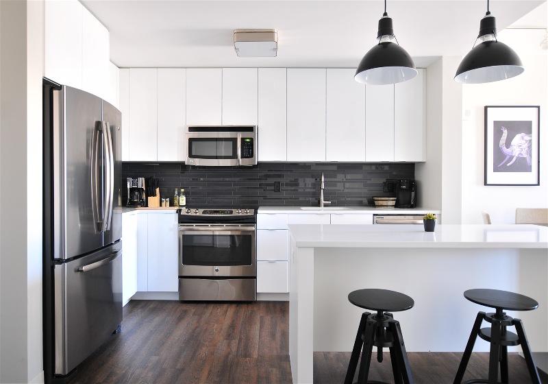 Imagem de uma cozinha com mobílias que possuem armazenamento grande