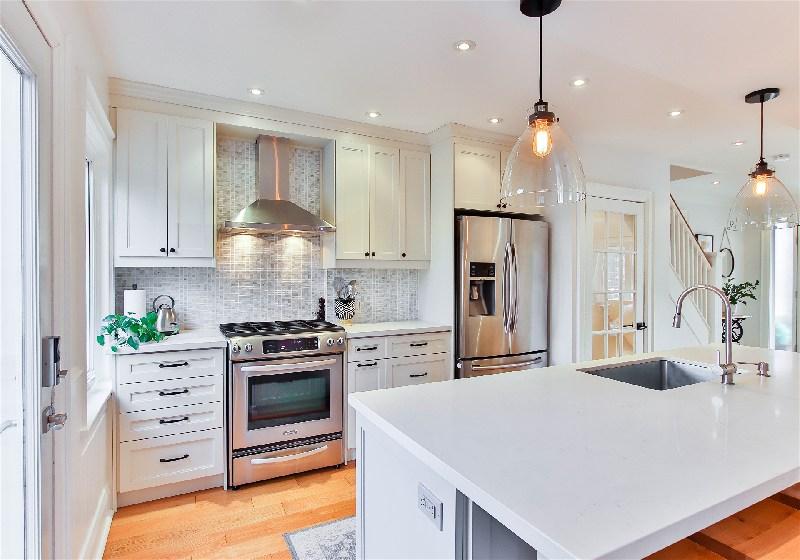 Imagem de uma cozinha sofisticada com pendentes de iluminação