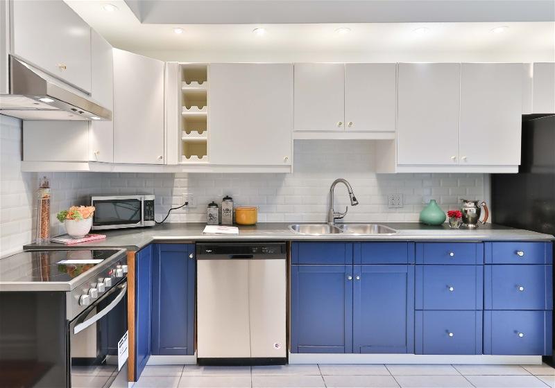 Imagem de uma cozinha moderna com móveis nas cores azul e branca