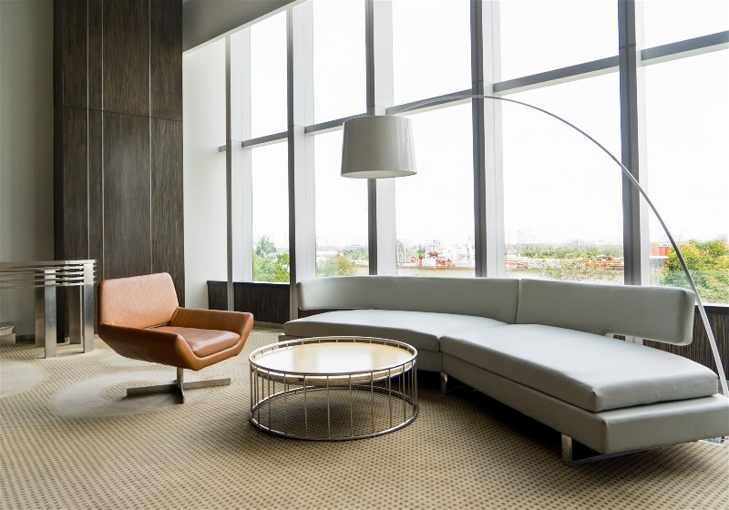 Imagem de sala de estar com luminária de chão
