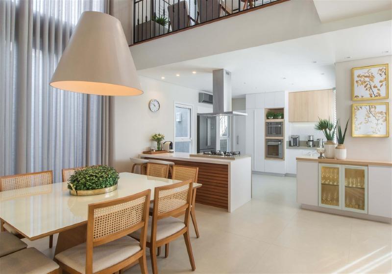 Imagem de uma cozinha integrada com outro ambiente