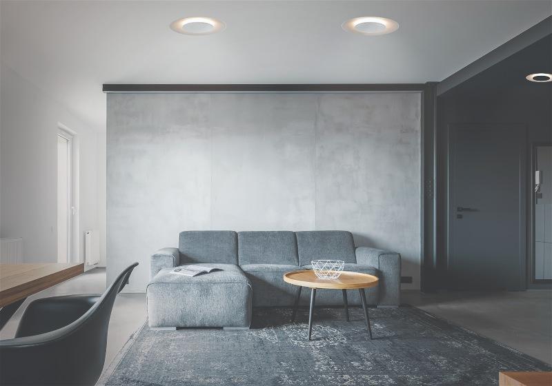 Imagem de sala de estar decorada com luz indireta