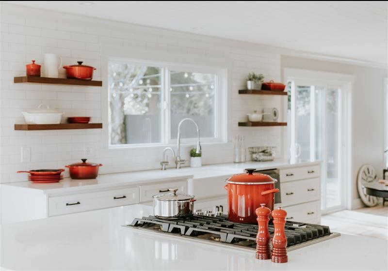 Imagem de uma cozinha moderna com janelas