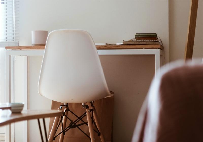 Imagem em destaque de uma cadeira no ambiente de estudos