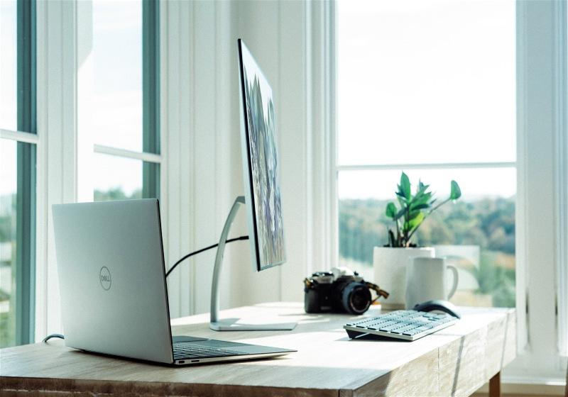 Imagem de uma mesa de estudos com um computador e um notebook